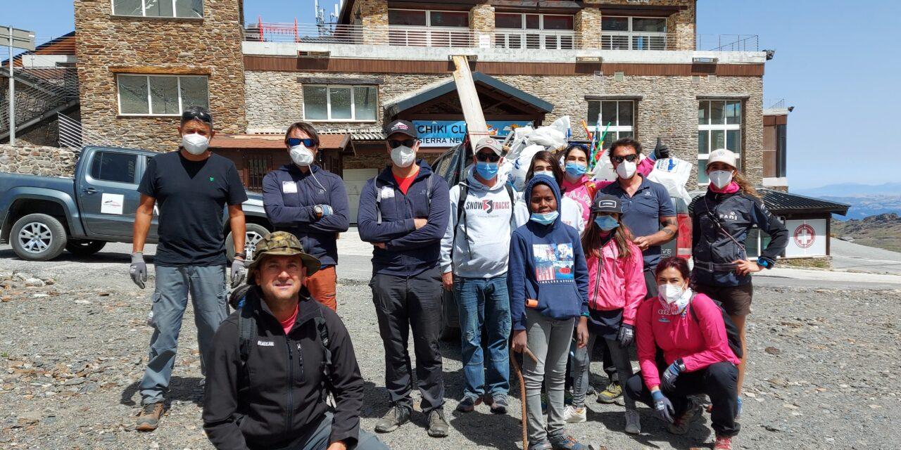 Més d'un centenar de treballadors i voluntaris netegen l'àrea esquiable de Sierra Nevada