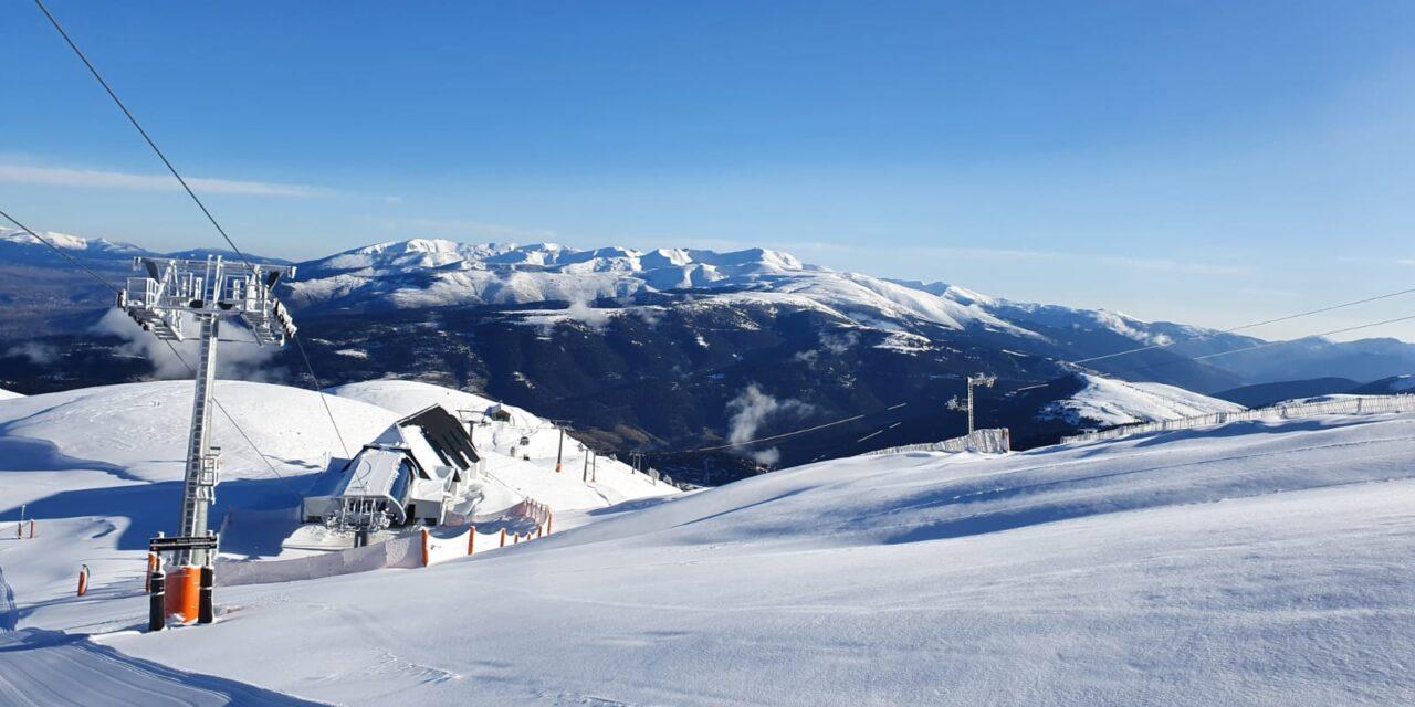 La primera gran nevada de la temporada enfarina ja les estacions d'esquí